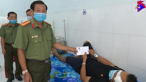 Lãnh đạo Công an tỉnh Bạc Liêu thăm đại úy Đúng đang điều trị tại bệnh viện - Ảnh: VŨ PHONG