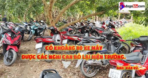 Có khoảng 80 xe máy được các nghi can bỏ lại hiện trường. Ành: Văn Vũ.